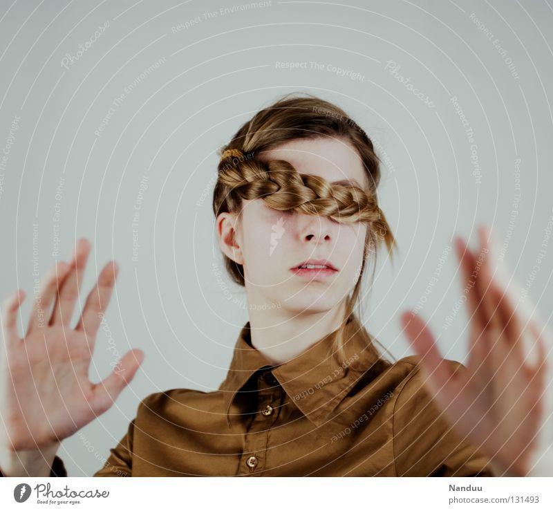 Ziellosigkeit Haare & Frisuren ruhig Arbeit & Erwerbstätigkeit Mensch Frau Erwachsene Hemd Maske Zopf Denken stehen Traurigkeit außergewöhnlich lustig Macht