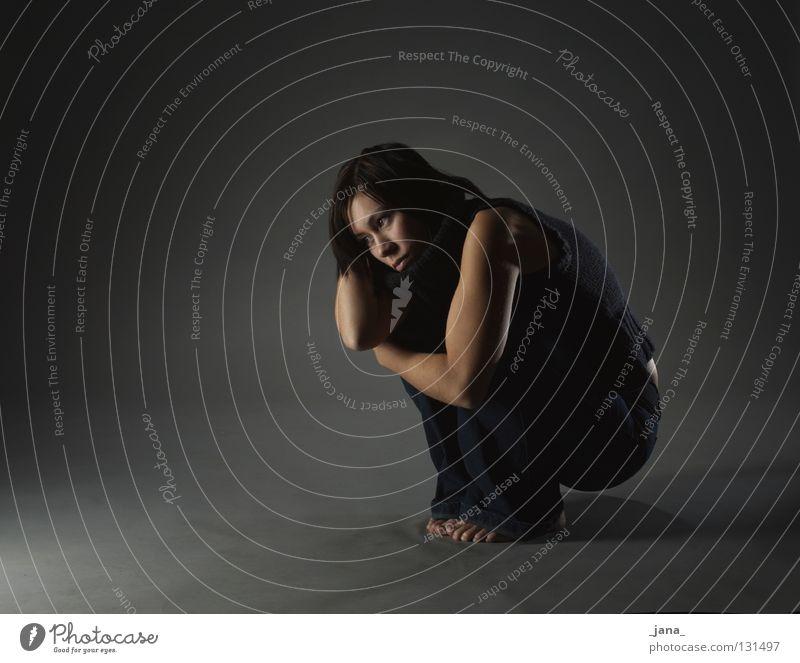 Dunkelheit Sorge Frau gestikulieren Körperhaltung dunkel schwarz grau Ganzkörperaufnahme Trauer Verzweiflung Angst Schatten