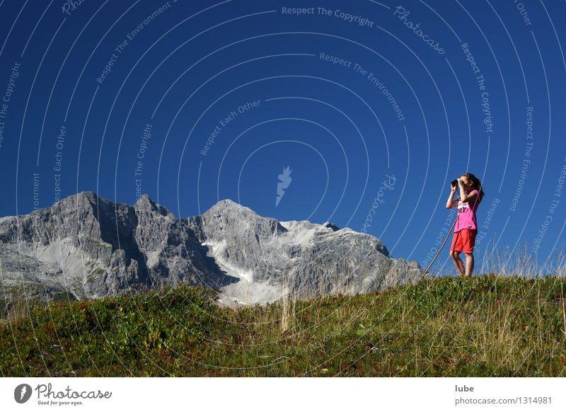 Anna schaut fern Mädchen 1 Mensch 8-13 Jahre Kind Kindheit Umwelt Natur Landschaft Himmel Sommer Klima Wetter Schönes Wetter Felsen Alpen Berge u. Gebirge