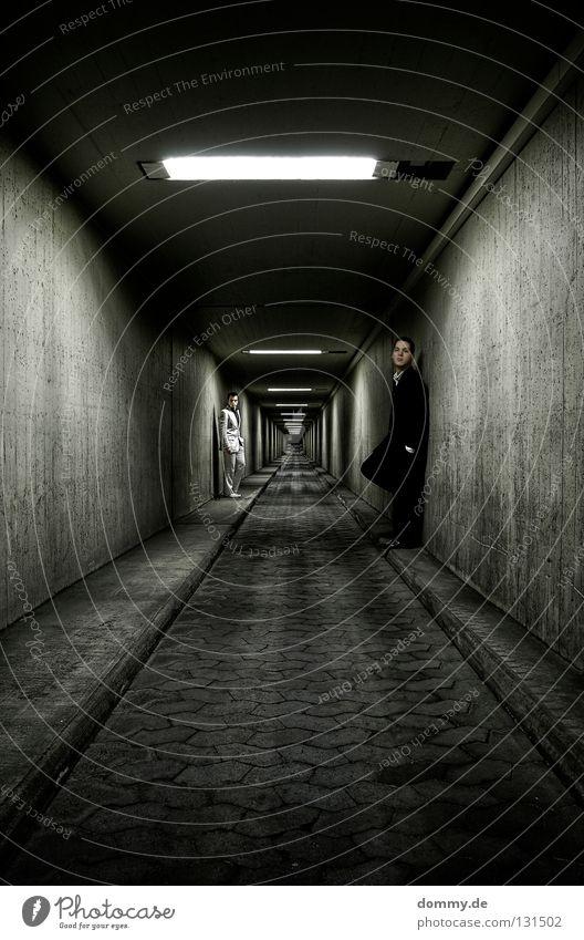 endless Mann Kerl stehen Tunnel Wand Anzug Unendlichkeit Licht Bordsteinkante Bürgersteig Nacht dunkel weiß schwarz Untergrund Körperhaltung Langzeitbelichtung
