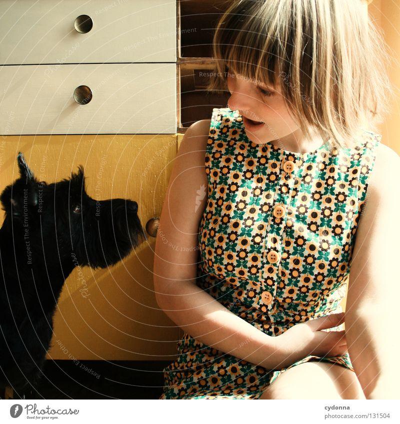 Blickkontakt Mensch Frau Hund Tier Mädchen schwarz gelb Gefühle sprechen klein Freundschaft glänzend lernen niedlich süß Neugier