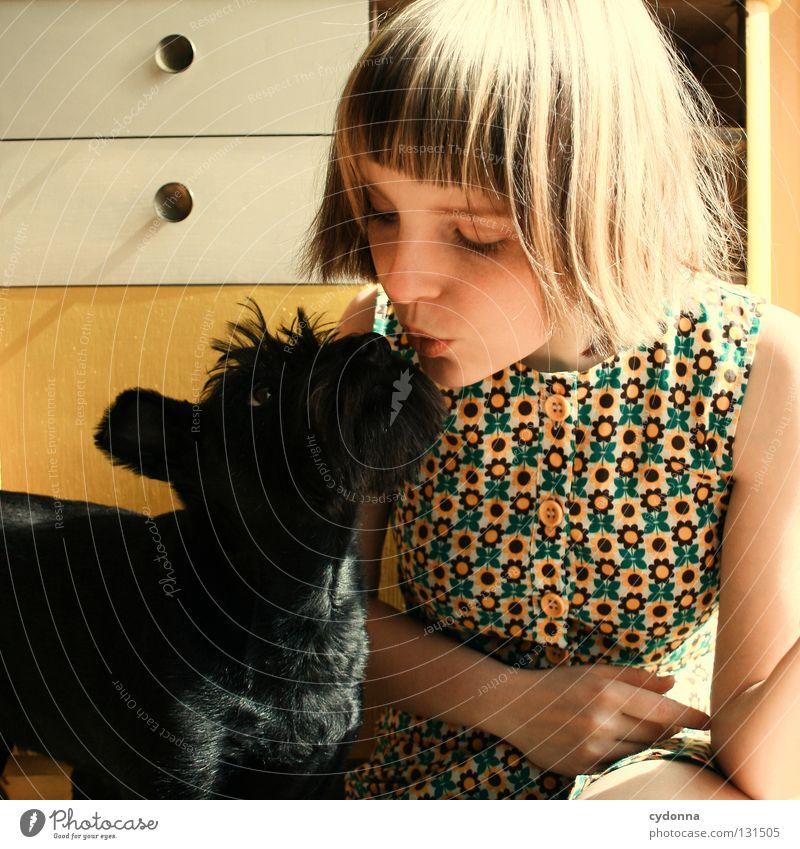 Liebhaben Frau Mensch Mädchen Liebe schwarz Tier gelb sprechen Gefühle Hund Freundschaft glänzend klein lernen süß Kleid