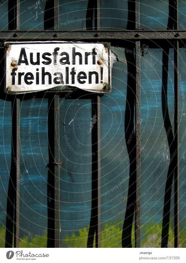 Weiterfahren alt grün blau schwarz Straße Wand Schilder & Markierungen Verkehr Schriftzeichen kaputt Buchstaben Tor verfallen Hinweisschild türkis