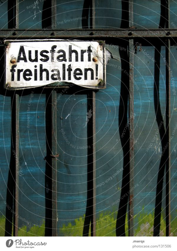 Weiterfahren Einfahrt privat Straßenverkehrsordnung Verkehr parken Fahrschule Parkplatz Gitter Zaun Wand schwarz türkis grün verfallen kaputt Buchstaben Wort