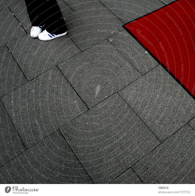 DON'T rot Einsamkeit Farbe Gefühle Freiheit Beine Fuß Angst glänzend geschlossen warten Platz Elektrizität stehen Trauer Symbole & Metaphern