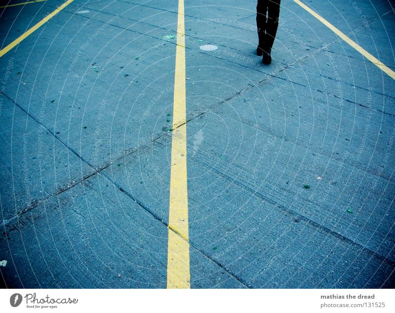 RECHTSVERKEHR Beton gelb steinig Asphalt Teer Parkplatz liniert gestreift Linie Schuhe Unterschenkel Knie Wade stehen Steinplatten scheckig dreckig Wege & Pfade