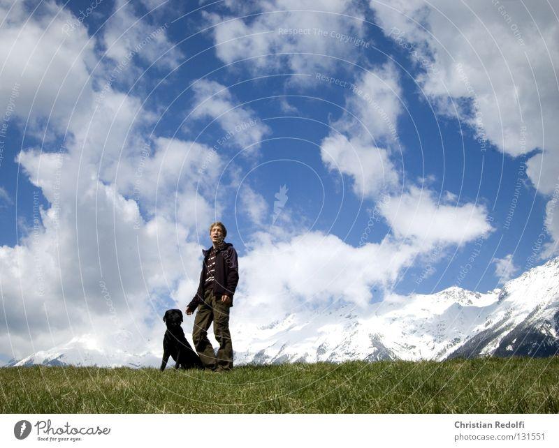 Mann mit hund... Mensch Himmel blau grün weiß Sonne Hund Wolken schwarz Tier Wiese Gras Frühling Freundschaft Feld