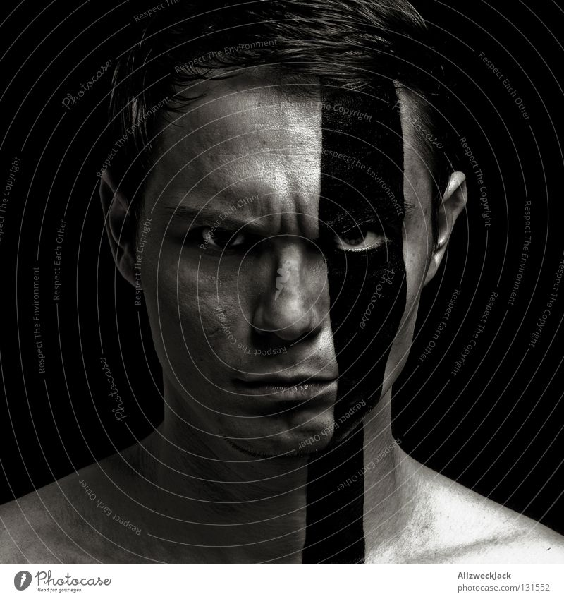 feisty boy Mann Porträt Streifen bemalt Schminke schwarz dunkel böse Wut Körpermalerei Schlechte Laune ernst Tarnung Zebra Ärger Stress Aggression Macht Gesicht