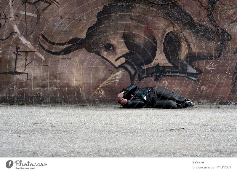 oh shit!!!!! Bulle Gemälde Wand Mann Lederjacke Jacke Pullover Stil biegen oben gefährlich Tier braun dunkel Teer Beton Mütze Mensch Graffiti Wandmalereien