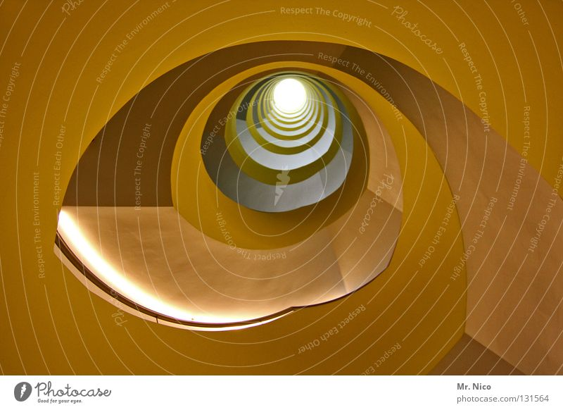 golden eye Treppenhaus Schneckenhaus rotieren Dreharbeit Herz-/Kreislauf-System rund tief eng Haus Wendeltreppe grau Wand aufwärts abwärts gelb Stil