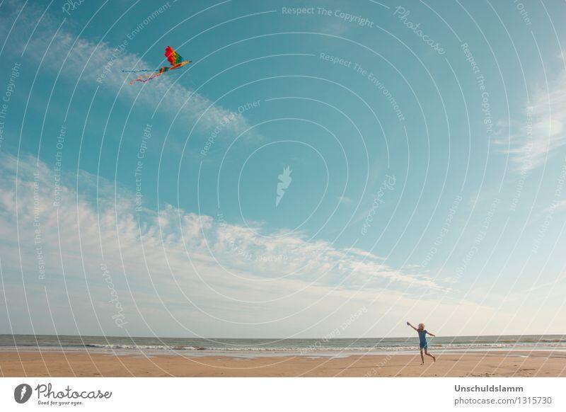 höher, weiter, frei Lifestyle Freizeit & Hobby Spielen Drachenfliegen Tourismus Sommer Strand Meer Mensch Kind Kindheit Leben Landschaft Wind Bewegung hoch blau