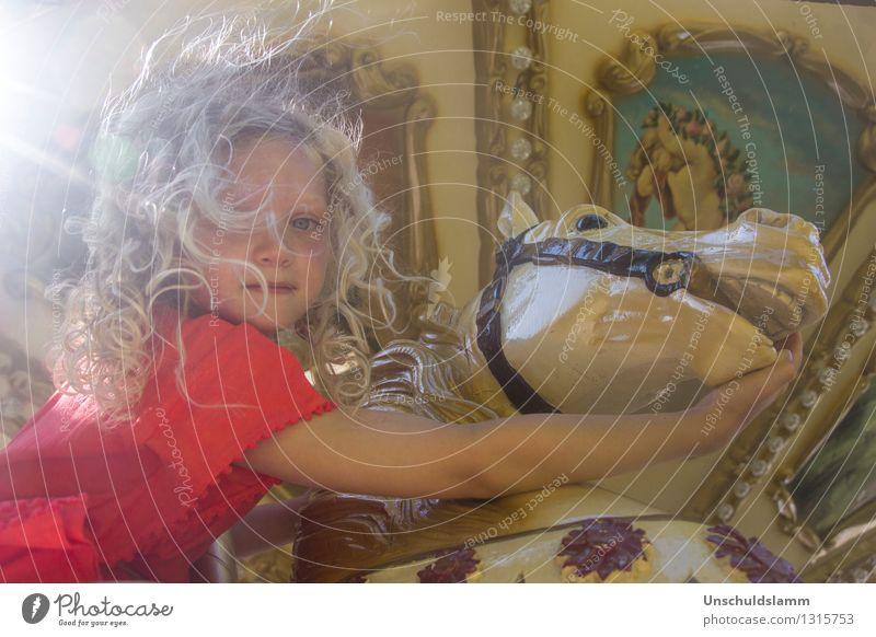 Chez Caramel VI Lifestyle Stil Freizeit & Hobby Jahrmarkt Mensch Kind Kleinkind Mädchen Kindheit Leben 3-8 Jahre Wind Pferd Karussell Karussellpferd berühren