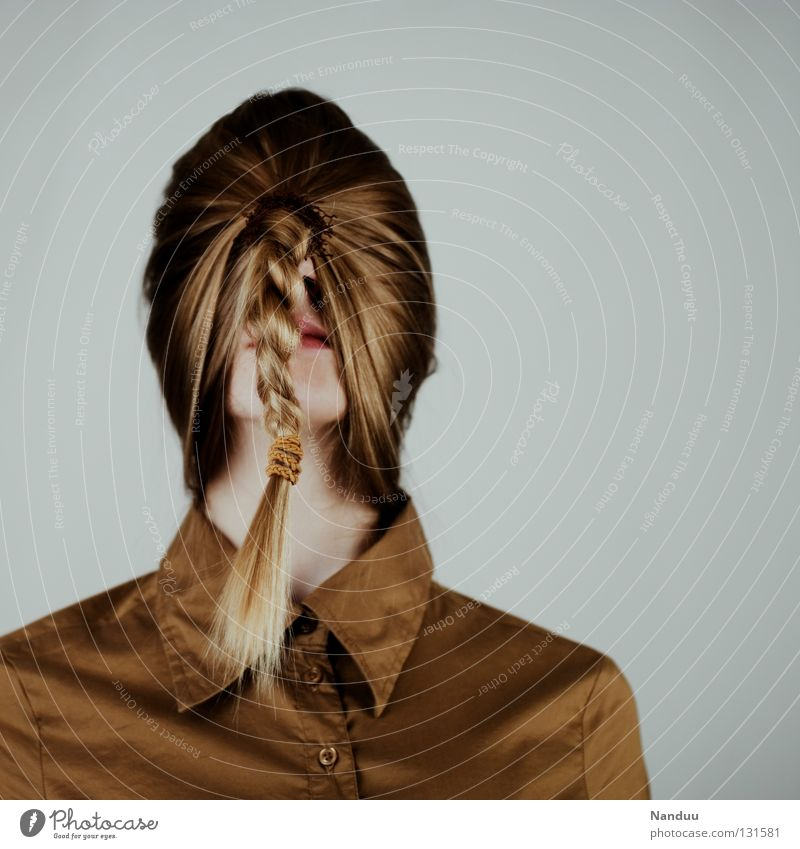 Einpendeln Haare & Frisuren ruhig Bildung Arbeit & Erwerbstätigkeit Mensch Frau Erwachsene Hemd Maske Zopf Denken stehen Traurigkeit außergewöhnlich lustig