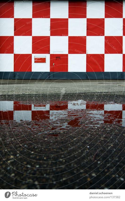 kleinkariert Reflexion & Spiegelung Asphalt Fassade abstrakt weiß rot Quadrat Muster Hintergrundbild grau schwarz Flughafen Detailaufnahme Wasser Regen Tür