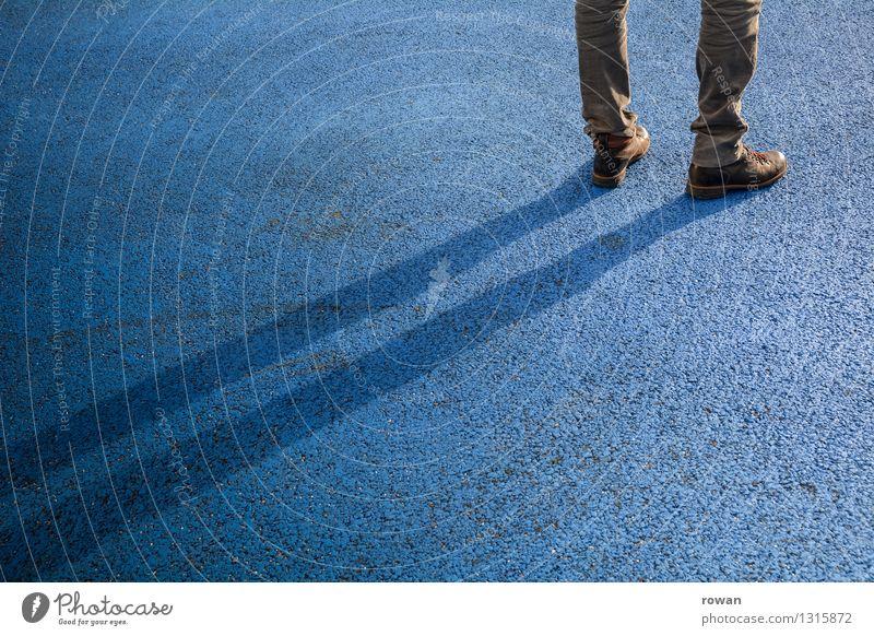 stehen Mensch maskulin 1 warten Schatten Asphalt blau Langeweile Farbfoto Außenaufnahme Textfreiraum links Textfreiraum unten Textfreiraum Mitte Tag