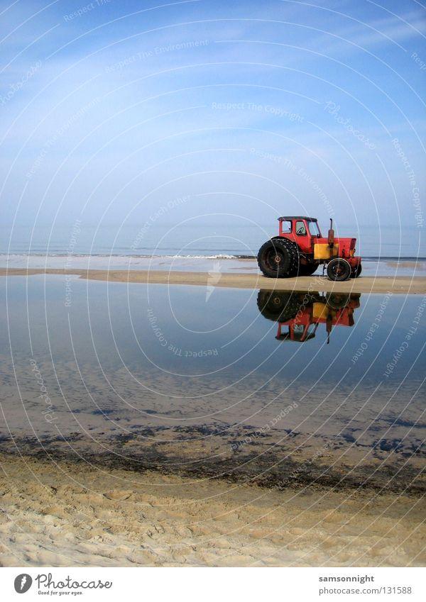 rotblau Wasser Meer Sommer ruhig Sand Traktor Windstille