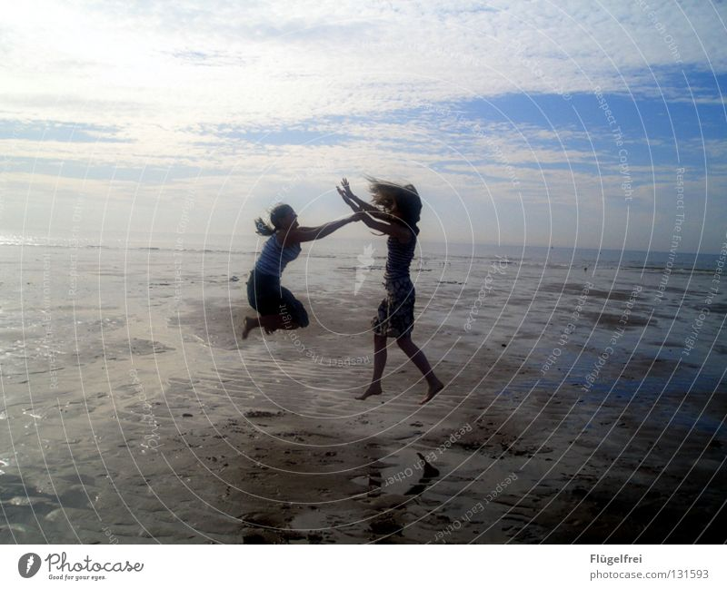 Lerne zu schweben, aber verliere nie den Boden unter den Füßen! Mensch Himmel Jugendliche blau Ferien & Urlaub & Reisen Wasser Sommer Meer Freude Strand Wolken ruhig schwarz Ferne Leben feminin