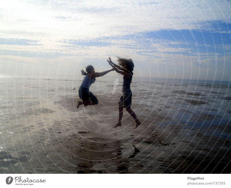 Lerne zu schweben, aber verliere nie den Boden unter den Füßen! Mensch Himmel Jugendliche blau Ferien & Urlaub & Reisen Wasser Sommer Meer Freude Strand Wolken