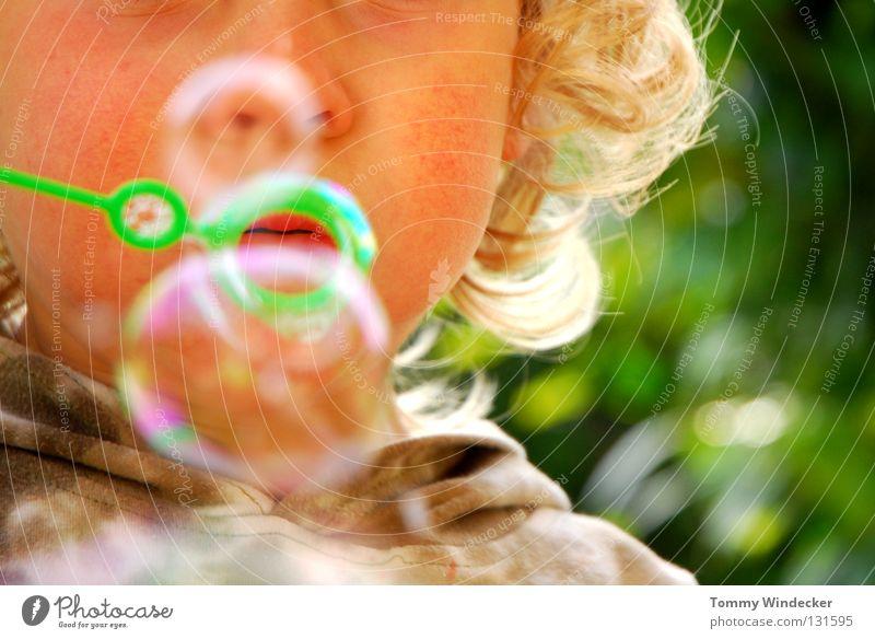 Bubbles Kind Kleinkind Mädchen Seifenblase Luftblase Spielen blasen Wiese Sommer blond niedlich Regenbogen Schweben Freizeit & Hobby Lippen