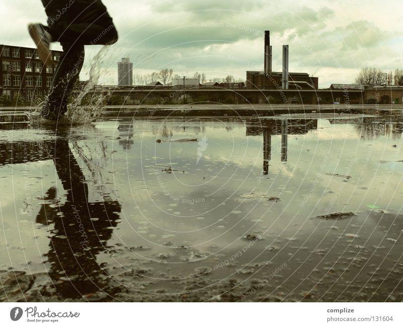 Flucht Haus Industrie Mann Erwachsene Wasser schlechtes Wetter Industrieanlage Ruine Schornstein Turnschuh laufen dreckig dunkel Ekel gruselig Einsamkeit Angst