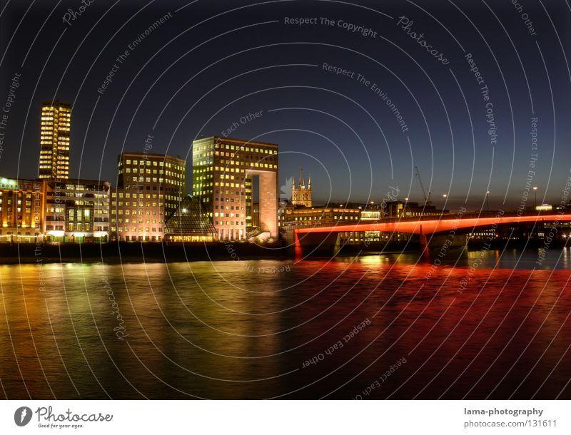 London Bridge Wasser blau rot Haus gelb Lampe dunkel Fenster Gebäude Beleuchtung Wellen Küste glänzend Hochhaus Brücke