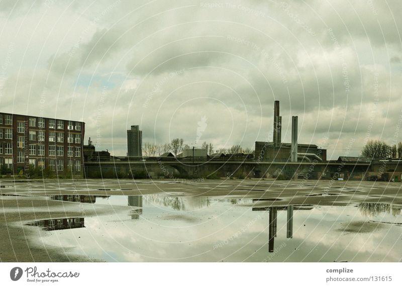 Wirtschaftskrise Einsamkeit Haus dunkel Traurigkeit trist Hochhaus groß Platz Industrie verfallen Ruine Schornstein Köln Pfütze Krise Industrieanlage