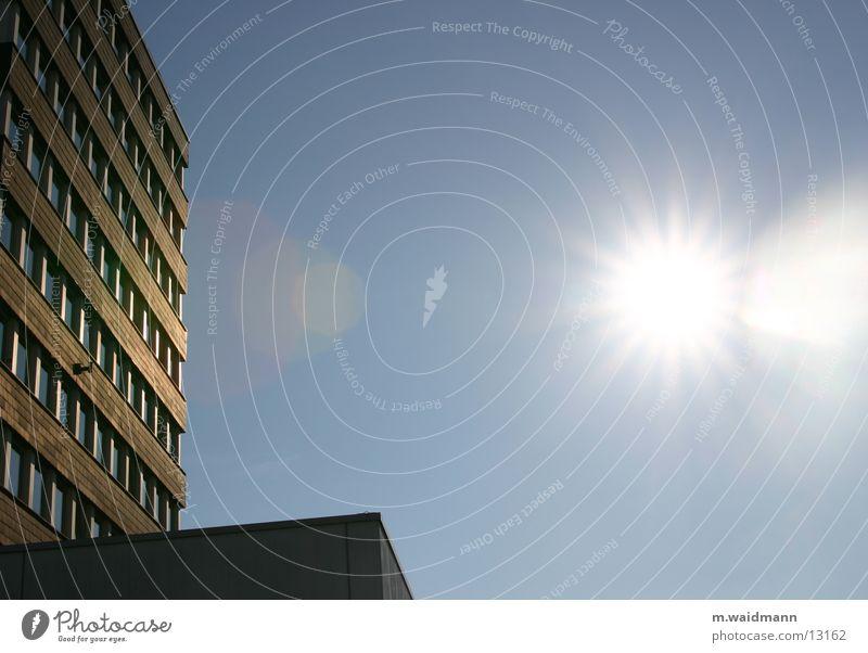 im rechten licht Hochhaus Fenster Stadt Rathaus Architektur Sonne Himmel blau