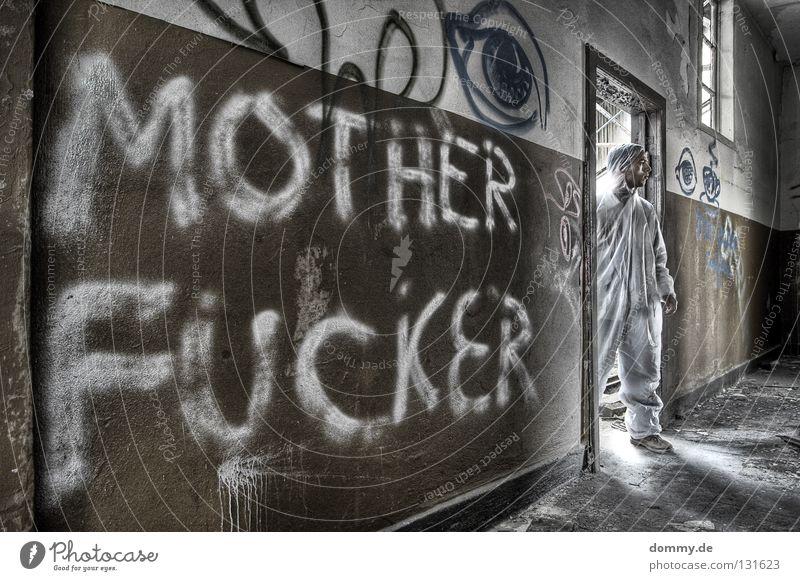 CSI: Motherfu**er Mann alt weiß Einsamkeit Fenster Wand Graffiti Holz braun Tür Schuhe dreckig stehen Sauberkeit verfallen Anzug