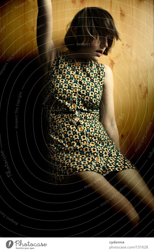 Raise your Flag Frau Licht stehen Gedanke Zeit Gefühle wahrnehmen Stil Lippen bleich Haare & Frisuren Kleid Blume Muster retro Nostalgie Wand Holz schön Erde
