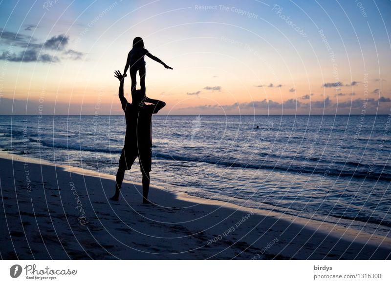 Akrobatik am Strand Mensch Himmel Natur Ferien & Urlaub & Reisen Mann Meer Freude Mädchen Erwachsene Leben Senior Zusammensein Horizont Kindheit ästhetisch