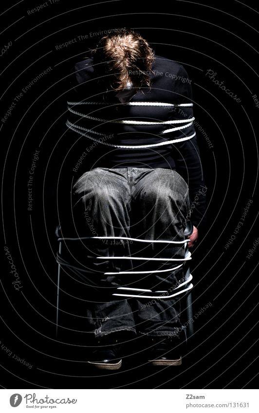 Das Gefängnis des Lebens gruselig gefesselt schwarz dunkel Geisel Einsamkeit Licht glänzend geknebelt gezwungen hängen Schwäche gefangen Werkstatt Knie Mann
