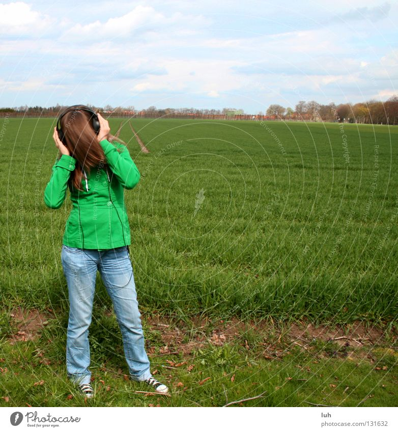 please don't stop the music Feld Wiese Hintergrundbild grün Gras Dorf Kuhdorf Horizont Kopfhörer Musik schütteln Ton Lied Tanzen verrückt Jugendliche Leben