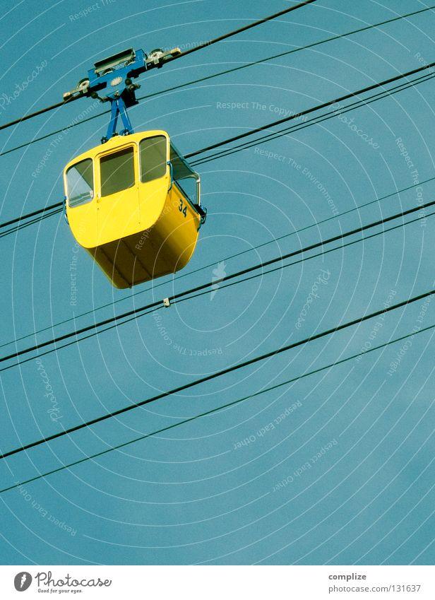 Gelbe Gondel Himmel blau Ferien & Urlaub & Reisen gelb Schnee Freiheit oben wandern Tourismus Ausflug Seil Skier aufwärts Sightseeing abwärts Winterurlaub