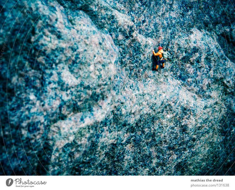GIPFELSTÜRMER Mann Natur blau Einsamkeit Sport dunkel Spielen Berge u. Gebirge Stein groß Seil Felsen hoch gefährlich bedrohlich Richtung
