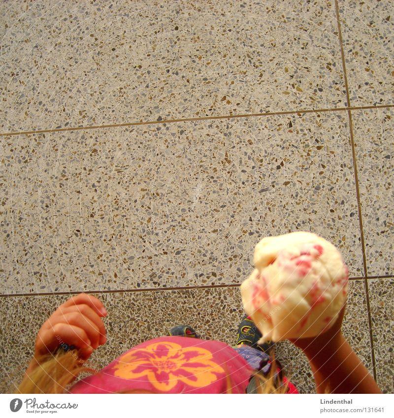 EIS Kind Mädchen Blume Freude Ernährung Wand oben Eis Essen hoch Bodenbelag lecker Schnellzug Backwaren Eisenbahn Vanille