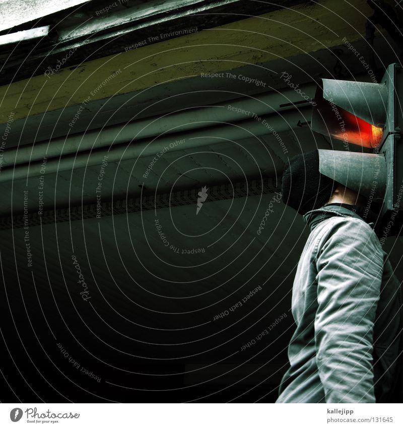 ampelmännchen Mann Mensch Lifestyle Ampel rot stoppen stehen Verkehr Halt Durchgang Eingang Einfahrt Mütze Baseballmütze Garage Parkhaus Geruch Suche