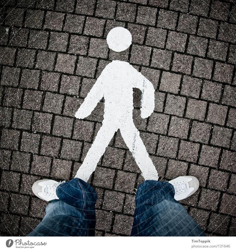Streetwalker Mann Wege & Pfade Schuhe gehen Straßenverkehr Verkehr Gesetze und Verordnungen Jeanshose stehen Spaziergang Hose Zeichen Bürgersteig Hinweisschild