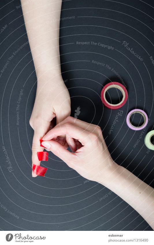 zusammen basteln mit washi-tape Mensch Frau Jugendliche Junge Frau Hand 18-30 Jahre Erwachsene feminin Zusammensein Freundschaft Freizeit & Hobby Arme