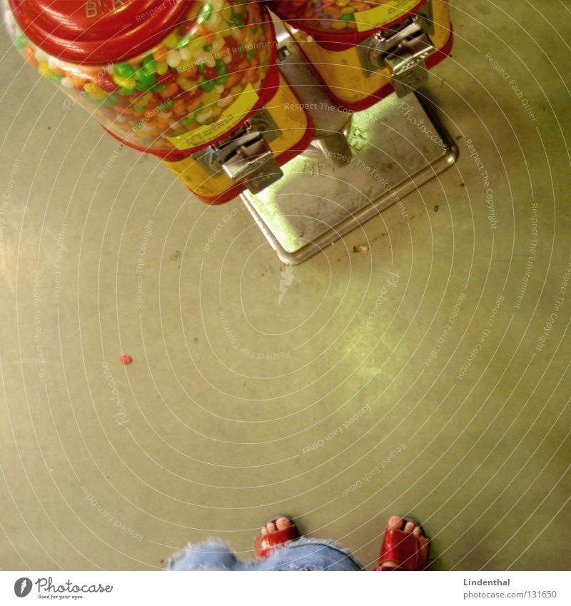 BONBONS Bonbon lecker Kind Mädchen Kinderschuhe Wand mehrfarbig Ernährung Automat Konfetti Briefkasten Backwaren Freude oben hoch Bodenbelag