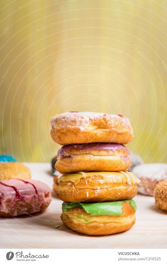 Frisch gebackene Donuts mit Glasur Lebensmittel Teigwaren Backwaren Kuchen Dessert Ernährung Frühstück Diät Stil Design Tisch gelb rosa Snack Krapfen süß Speise