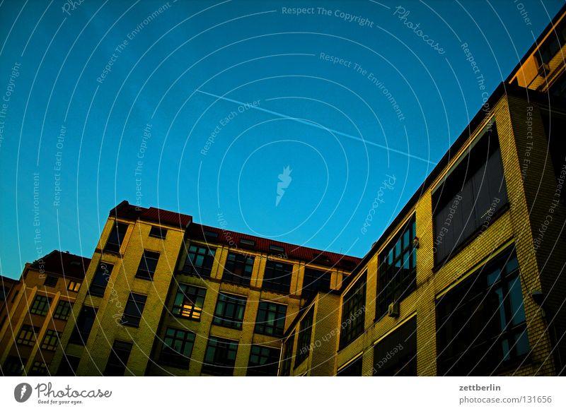 Büro zum Feierabend Haus Bürogebäude Etage Fenster Fassade Gewerbe Aufschwung Dämmerung Kreuzberg Kondensstreifen himmelblau Architektur Berlin Himmel Glas