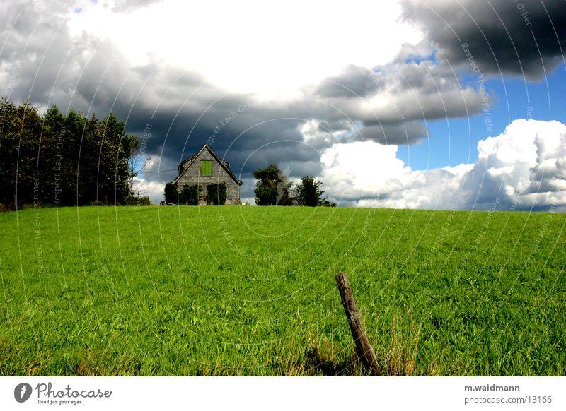 gleich donnerts Himmel Baum grün Sommer Haus Wolken Wiese Berge u. Gebirge Wind Hütte Zaun