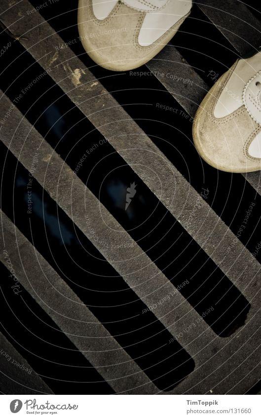 Sneak on my gulli Gully Schuhe Turnschuh stehen gehen Abfluss Kanalisation diagonal Leder Verkehrswege Mensch Bekleidung Rost Straße Wasser verrückt