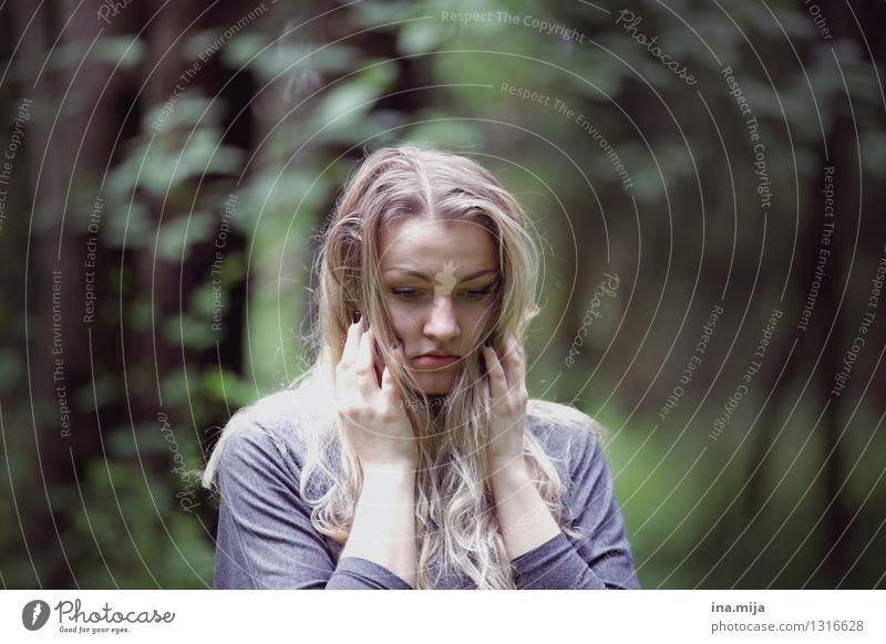 verloren Mensch feminin Junge Frau Jugendliche Erwachsene Gesicht 1 18-30 Jahre Haare & Frisuren blond trist Gefühle Stimmung Traurigkeit Sorge Tod Unlust
