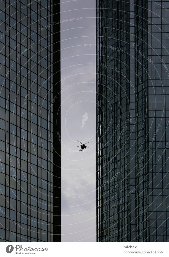 Pass ich durch? Himmel grau Glas Hochhaus Luftverkehr Frankfurt am Main eng Hubschrauber zwischen