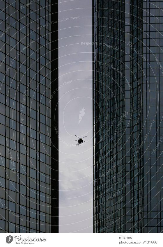 Pass ich durch? Hubschrauber Hochhaus Frankfurt am Main grau eng Reflexion & Spiegelung Luftverkehr Himmel zwischen Glas