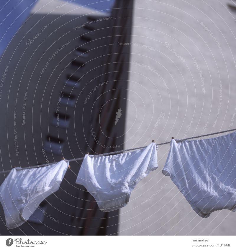 Morgenduft Waschtag Wäsche Sauberkeit Waschmaschine Wäscheleine trocknen Haus Block Plattenbau Heimat Wohnung Bad Koloss Wäsche waschen flattern frisch