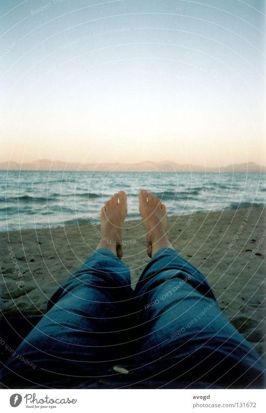 Schöne Aussicht Mallorca Sommer Meer Horizont Sonnenuntergang Strand Zehen Hose Wellen Hautfarbe Barfuß Wasser Sand Fuß Jeanshose Himmel Beine