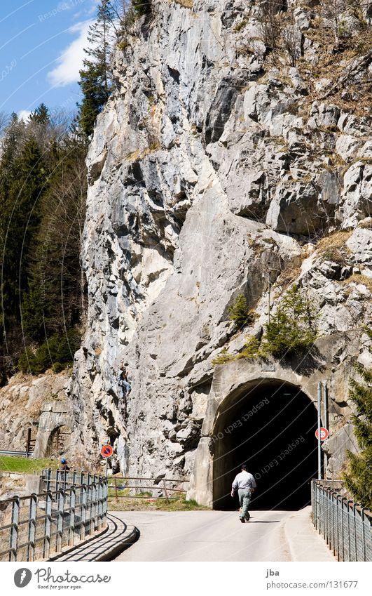 Kletterfelsen Tunnel dunkel Durchgang Teer Bergsteiger retten Mann gehen ungewiss Tanne Wald steil Felsen Brücke Geländer Stein Klettern Aufgabe Freude