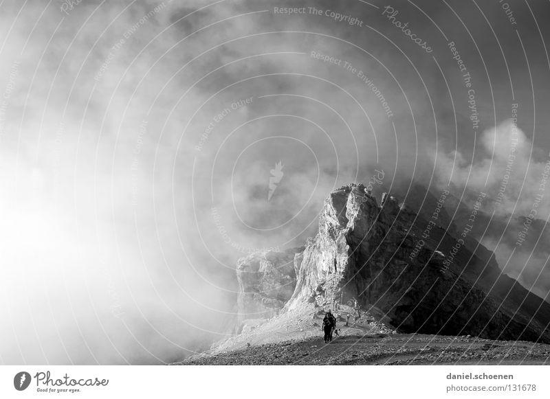 Aufstieg Mensch Himmel weiß Wolken Berge u. Gebirge grau Stein Wetter Freizeit & Hobby wandern gefährlich bedrohlich Ziel Gipfel Schweiz anstrengen